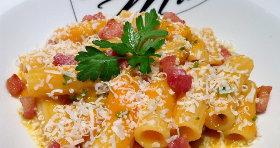 Pasta e zucca con pancetta e pecorino toscano