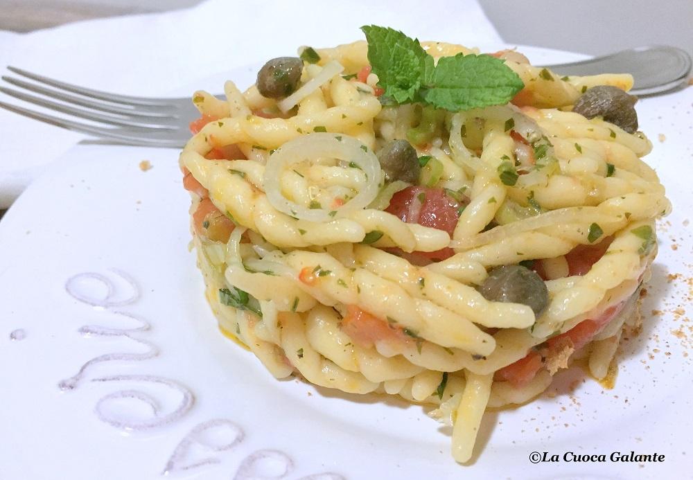 pasta-fresca-con-pomodori-cipollotti-capperi
