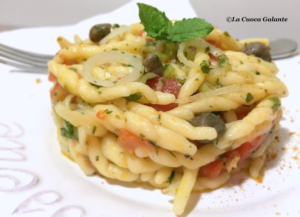 Pasta fresca con pomodori, cipollotti e capperi