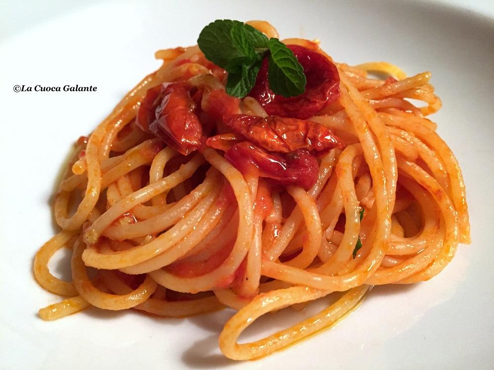 Spaghetti al pomodoro con olio alla menta e buccia di limone