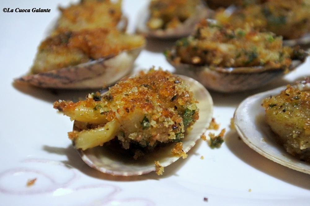 ricette con frutti di mare - vongole gratinate